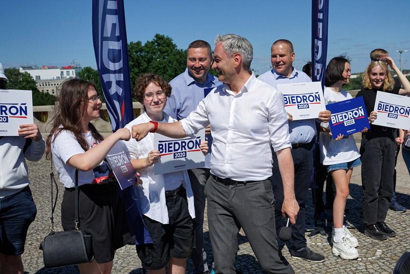 Kandydat Lewicy na prezydenta RP Robert Biedroń podczas spotkania z mieszkańcami w Szczecinie / Marcin Bielecki    /PAP