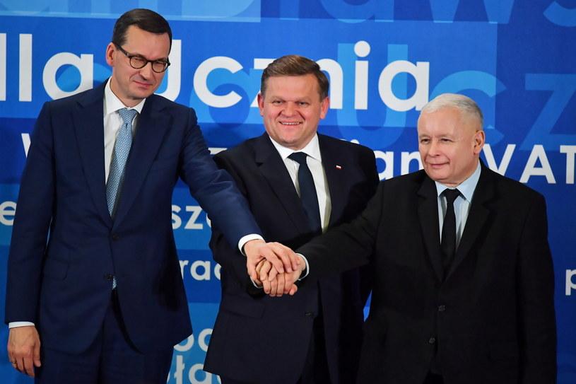 Kandydat na prezydenta Radomia, wiceminister obrony Wojciech Skurkiewicz (C), premier Mateusz Morawiecki (L) i prezes PiS Jarosław Kaczyński / Piotr Polak    /PAP