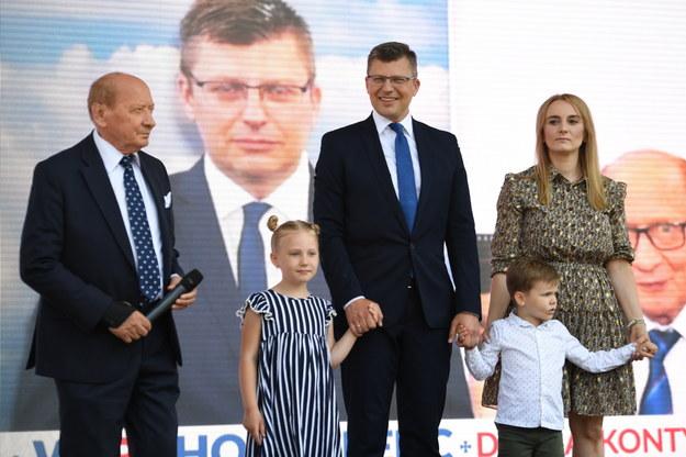 Kandydat na prezydenta Rzeszowa Marcin Warchoł (C) z żoną Joanną Warchoł (P) i dziećmi oraz byly prezydent Rzeszowa Tadeusz Ferenc (L) podczas konwencji wyborczej na Bulwarach nad Wisłokiem w Rzeszowie /Darek Delmanowicz /PAP