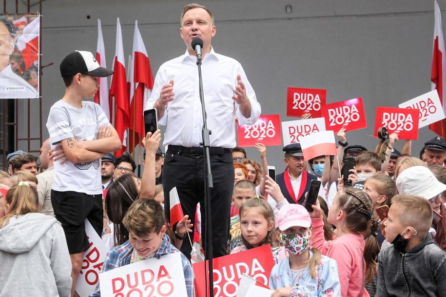 Kandydat na prezydenta w nadchodzących wyborach Andrzej Duda podczas spotkania z mieszkańcami Augustowa / Artur Reszko    /PAP