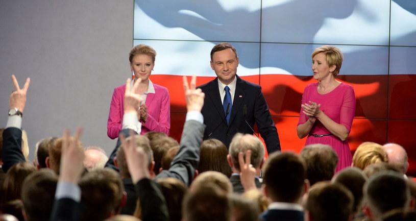 Kandydat PiS Andrzej Duda z żoną Agatą Kornhauser-Dudą i córką Kingą w sztabie, podczas wieczoru wyborczego w Warszawie /Jacek Turczyk /PAP