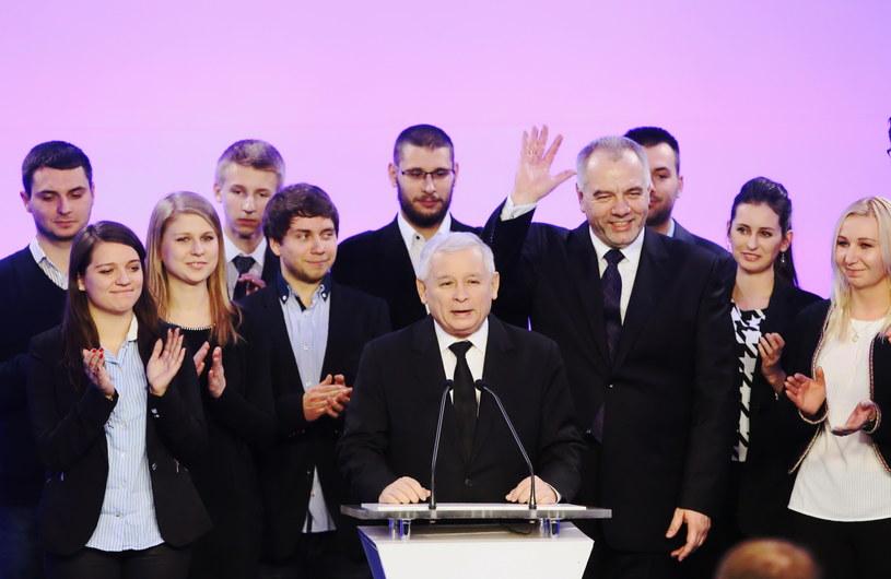 Kandydat PiS na prezydenta Warszawy Jacek Sasin i prezes PIS Jarosław Kaczyński (C) podczas wieczoru wyborczego kandydata PiS na prezydenta Warszawy Jacka Sasina /PAP