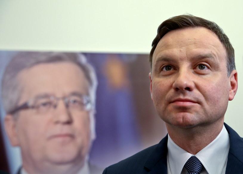 Kandydat PiS na urząd prezydenta RP Andrzej Duda, w tle zdjęcie Bronisława Komorowskiego /Rafał Guz /PAP
