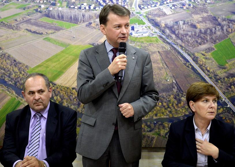Kandydat PiS Zdzisław Pupa (z lewej), szef KP PiS Mariusz Błaszczak (w środku) i wiceprezes PiS Beata Szydło (z prawej( /Darek Delmanowicz /PAP