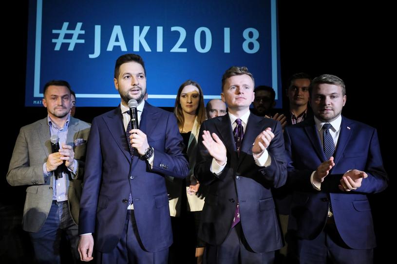 Kandydat Zjednoczonej Prawicy na prezydenta stolicy Patryk Jaki (2L) i kandydat na wiceprezydenta Piotr Guział (L) podczas wieczoru wyborczego /PAP