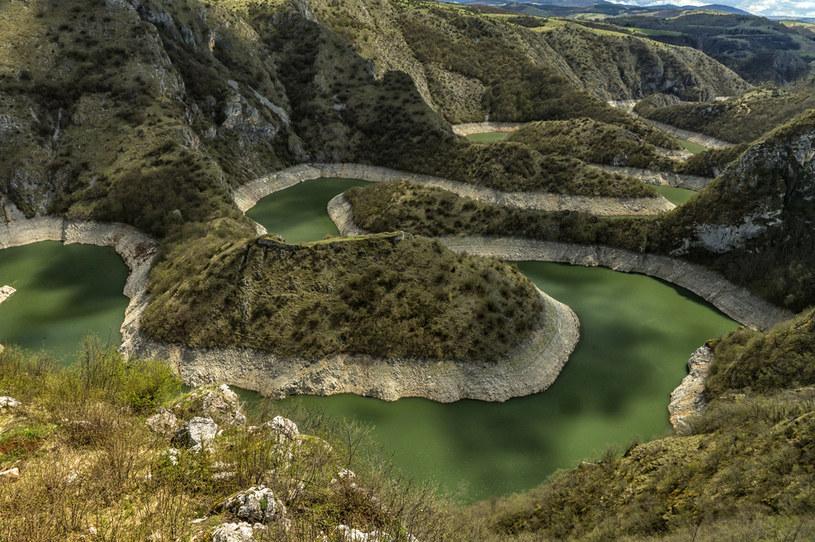 """Kanion rzeki Uvac to absolutny """"must seen"""" podczas podróży do Serbii /123RF/PICSEL"""
