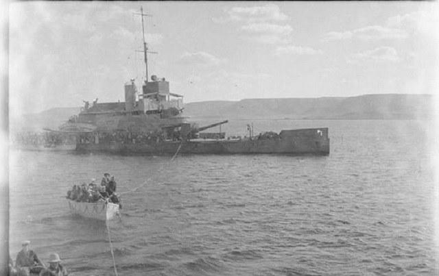 """Kanonierka brytyjska HMS """"Ladybird"""" w czasie ratowania rozbitków z USS """"Panay"""" /archiwum S. Zagórskiego /INTERIA.PL/materiały prasowe"""