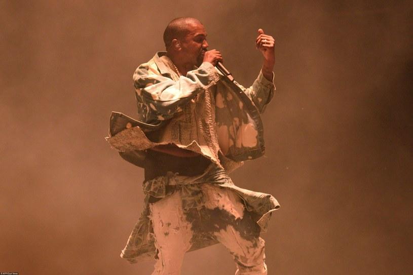 Kanye West na scenie głównej na festiwalu Glastonbury /Oli Scarff/AFP Photo /East News