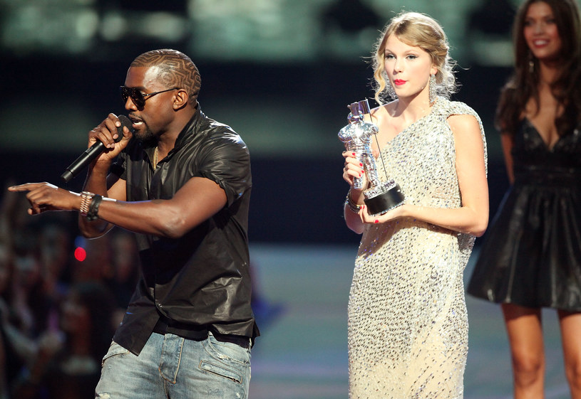 Kanye West przerywa przemówienie Taylor Swift w 2009 roku /Christopher Polk /Getty Images