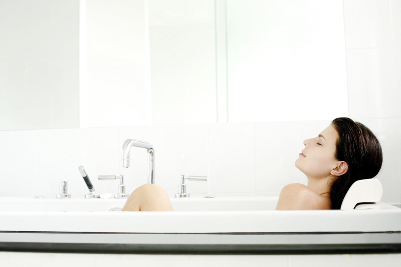 Kąpać się należy w wodzie letniej lub tylko delikatnie ciepłej - gorąca woda zmywa bowiem tzw. płaszcz lipidowy skóry, prowadząc do jej wysychania /123RF/PICSEL