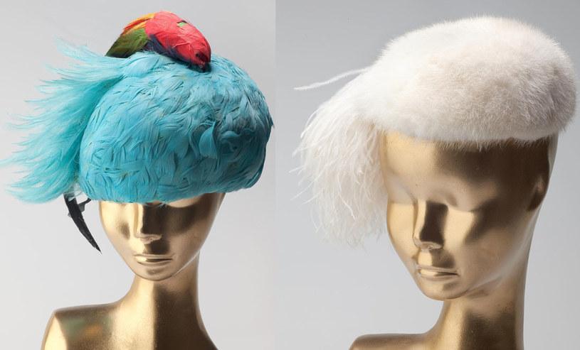Kapelusz z papugą, lata 50. XX w./ Kapelusz z białych norek i z piórem, ok. 1950 r. /materiały prasowe
