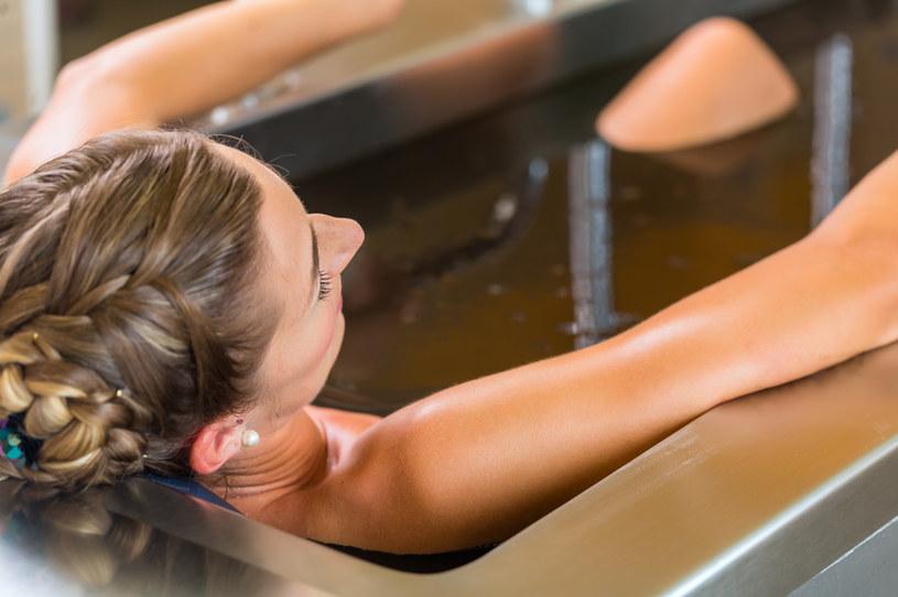Kąpiel borowinowa pobudza krążenie krwi oraz m.in. przyspiesza przemianę materii /123RF/PICSEL
