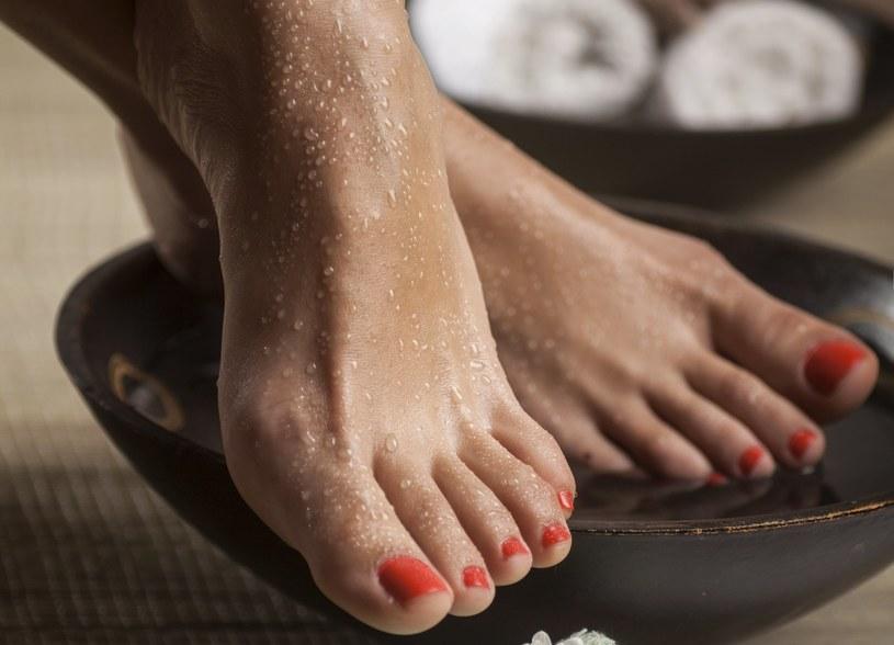 Kąpiel działa na stopy leczniczo /123RF/PICSEL