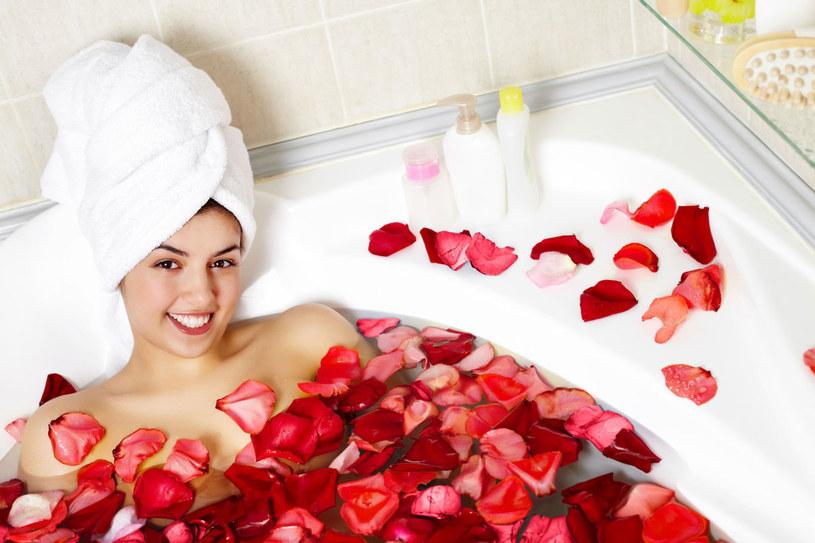 Kąpiel nie tylko odpręża, ale także działa aromaterapeutycznie /123RF/PICSEL