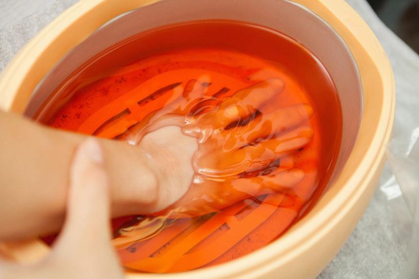 Kąpiel parafinowa na dłonie /123RF/PICSEL