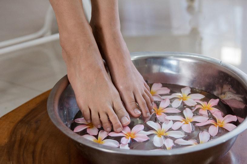 Kąpiel stóp najlepiej wykonywać dwa-trzy razy w tygodniu /123RF/PICSEL