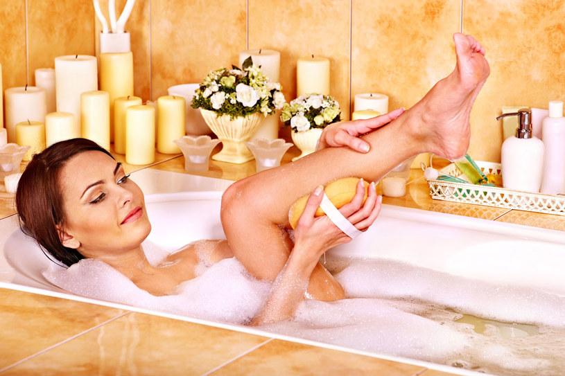 Kąpiel w mleku sprawia, że skóra staje się jędrna, elastyczna i nawilżona /123RF/PICSEL