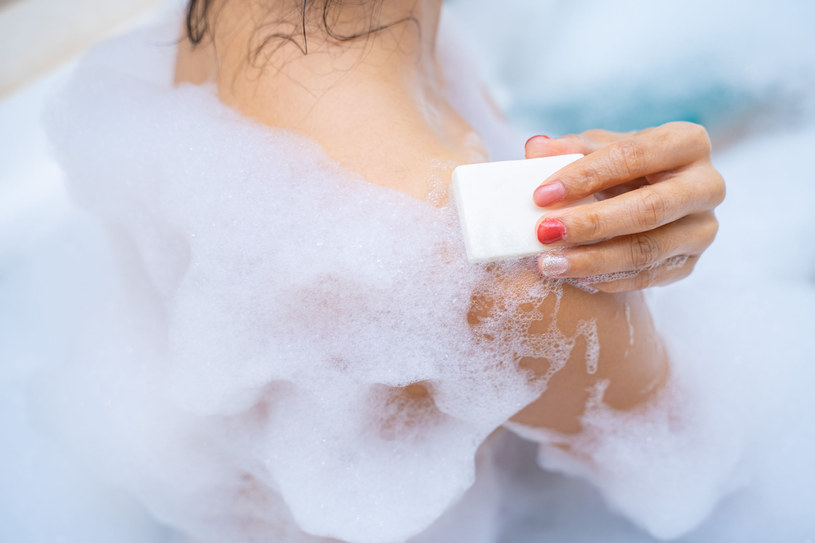 Kąpiel w wannie wykazuje właściwości podobne do ćwiczeń, ponieważ zwiększa pracę serca /123RF/PICSEL