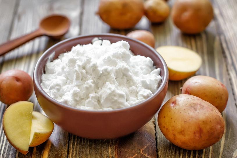 Kąpiel z dodatkiem mąki ziemniaczanej łagodzi podrażnienia, zaczerwienienia i uspokaja alergiczną skórę /123RF/PICSEL