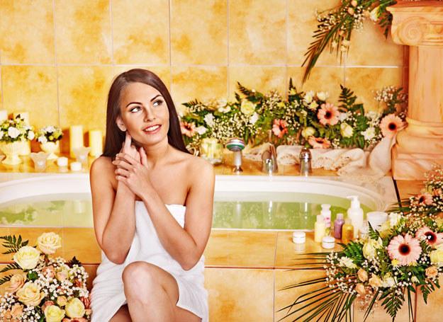 Kąpiel z dodatkiem ziół lub płatków kwiatów? Od czasu do czasu należy ci się relaks! /123RF/PICSEL