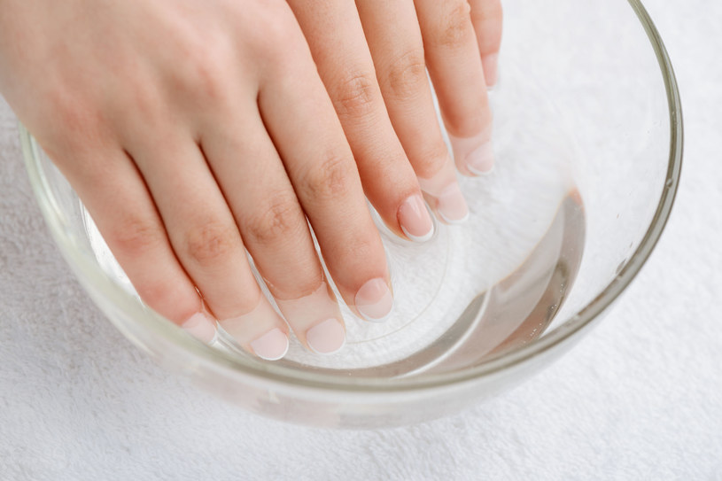 Kąpiel ze skrzypu świetnie wzmocni paznokcie /123RF/PICSEL