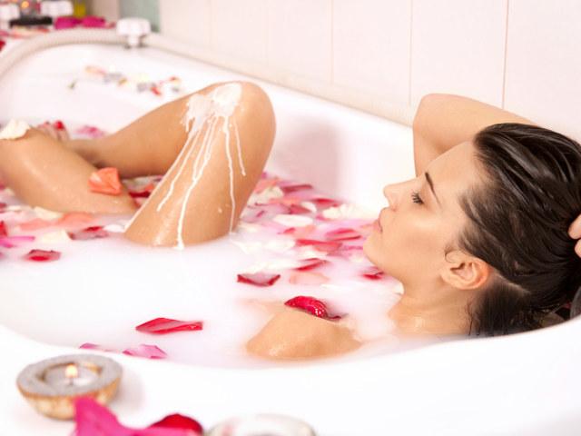 kąpiele w mleku z miodem /© Photogenica