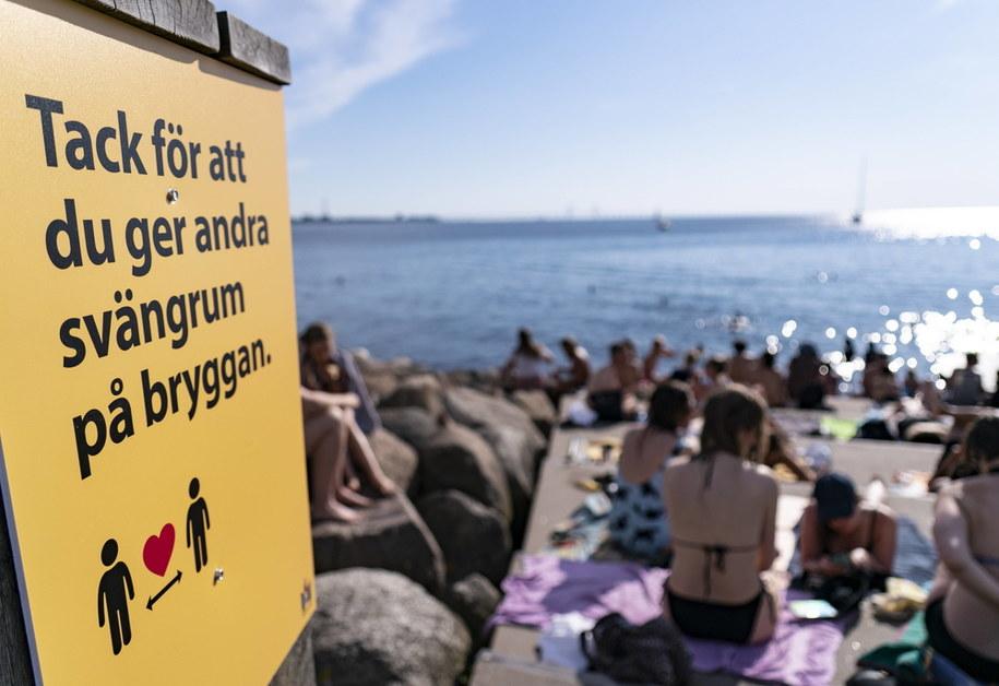 Kąpielisko w Malmo i tablica nawołująca do utrzymania dystansu /foto. Johan Nilsson/TT  /PAP/EPA