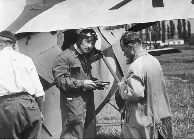 Kapitan Aleksander Kaczmarczyk (w środku, w pilotce i kombinezonie) i inżynier Antoni Kocjan (z prawej) przed odlotem. Zdjęcie z 1934 roku /Z archiwum Narodowego Archiwum Cyfrowego