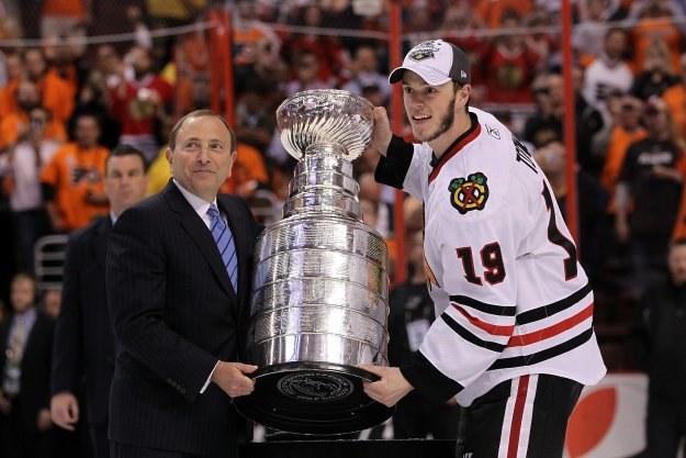 Kapitan Blackhawks Jonathan Toews odbiera Puchar Stanleya z rąk komisarza NHL Gary Bettmana /AFP
