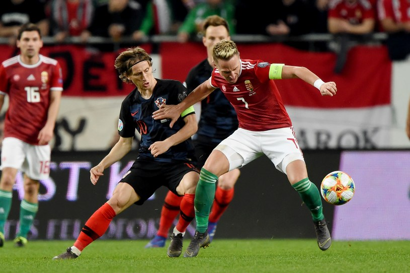 Kapitan chorwackich piłkarzy Luka Modrić (w środku) /AFP