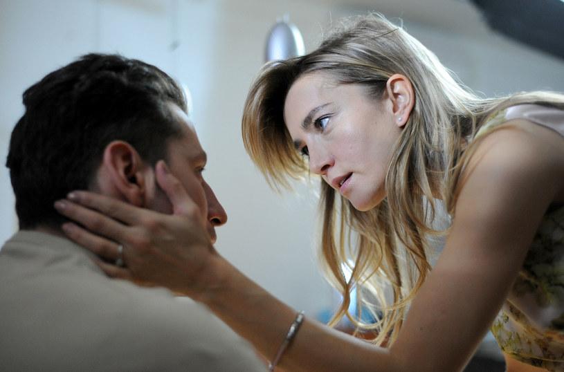 Kapitan Janusz Cerat ma piękną żonę Joannę (Kamilla Baar). Gdy jednak pewnego dnia oboje zapragną mieć dziecko, czekać ich będzie smutna niespodzianka /Agencja W. Impact
