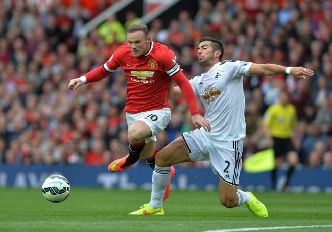 Kapitan Manchesteru United Wayne Rooney (z lewej) i piłkarz Swansea City Jordi Amat /PAP/EPA