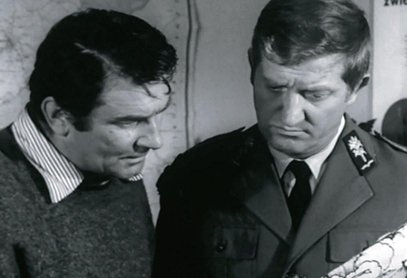 Kapitan MO (Ryszard Pietruski) działający pod przykrywką w końcu zwraca się o pomoc do miejscowego funkcjonariusza (Józef Nowak) /Świat Seriali