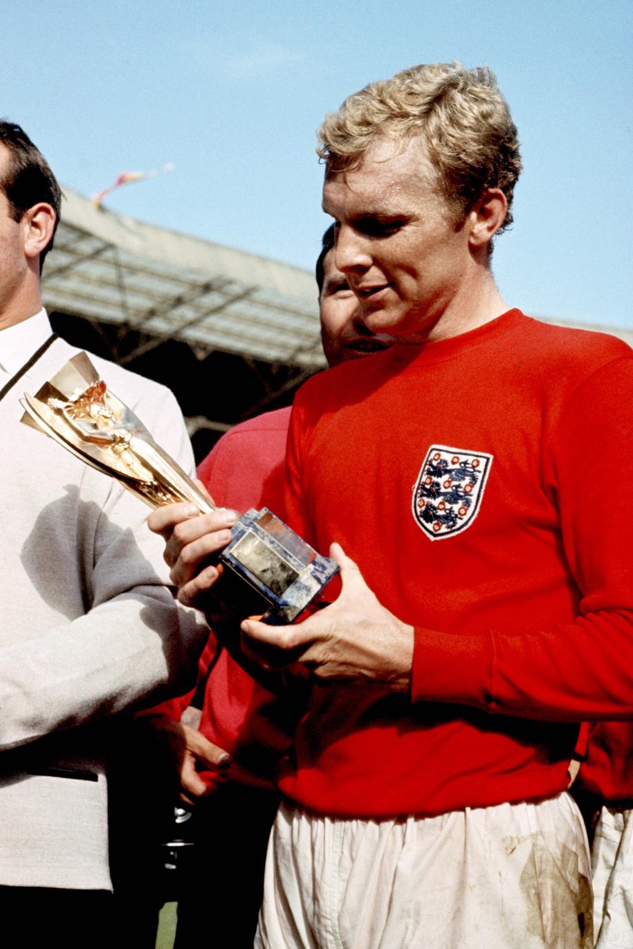 Kapitan reprezentacji Anglii Bobby Moore z pucharem Julesa Rimeta za zdobycie mistrzostwa świata w 1966 roku /PA Photos /PAP/PA