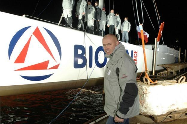 Kapitan Roman Paszke i jego załoga przed próbą opłynięcia świata z 2007 roku. /AFP
