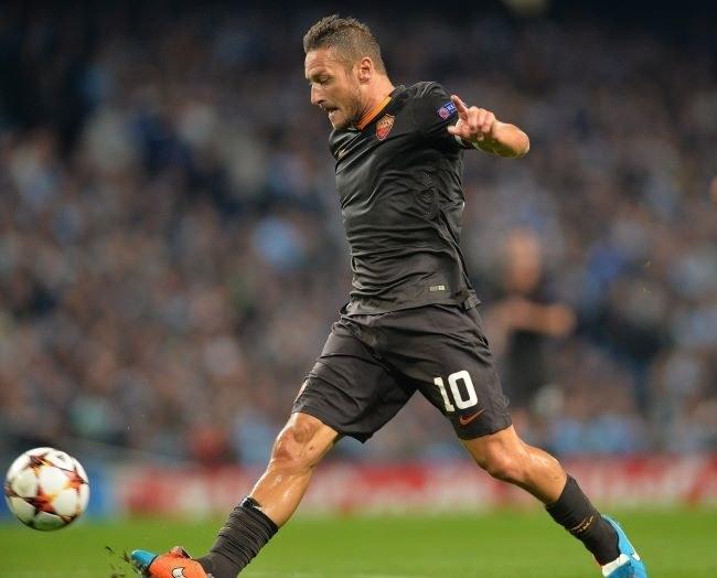 Kapitan Romy Francesco Totti przerzuca piłkę ponad bramkarzem Manchesteru City i strzela wyrównującego gola /AFP