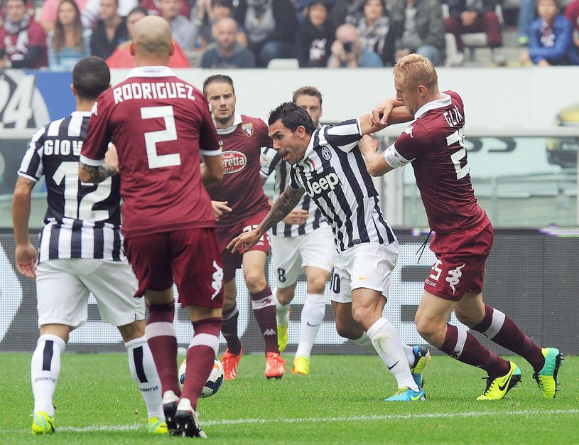 Kapitan Torino Kamil Glik (z prawej) walczy z Carlosem Tevezem z Juventusu /PAP/EPA