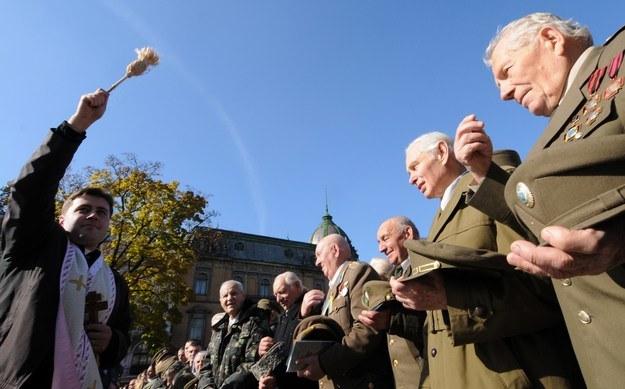 Kapłan błogosławi weteranów UPA /AFP