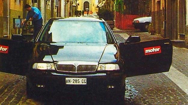 Kappa Coupe świetnie wpisuje się w wąskie uliczki włoskich miasteczek. Ta akurat prowadzi do letniej rezydencji papieża w Castel Gandolfo. /Motor