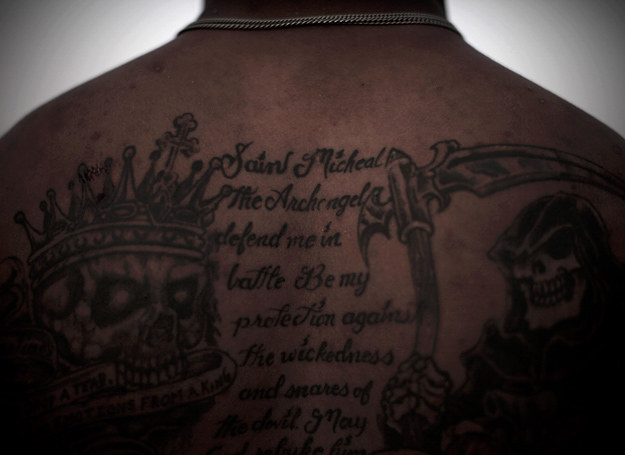 Kapral Jones Kendall kazał wytatuować sobie na plecach modlitwę do św. Michała /AFP