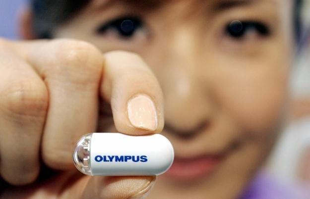 Kapsułowy endoskop z optyką Olympusa /AFP