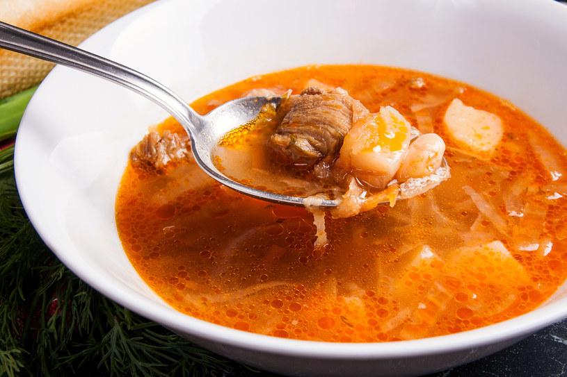 Kapuśniak z dodatkiem pomidorów i papryki to odświeżona wersja tej zupy /123RF/PICSEL