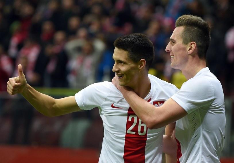 Kapustka (z lewej) w barwach reprezentacji Polski w towarzystwie Arkadiusza Milika /AFP