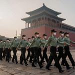 Karabin, propaganda i świętość partii: Jak rządzi się w Chinach?