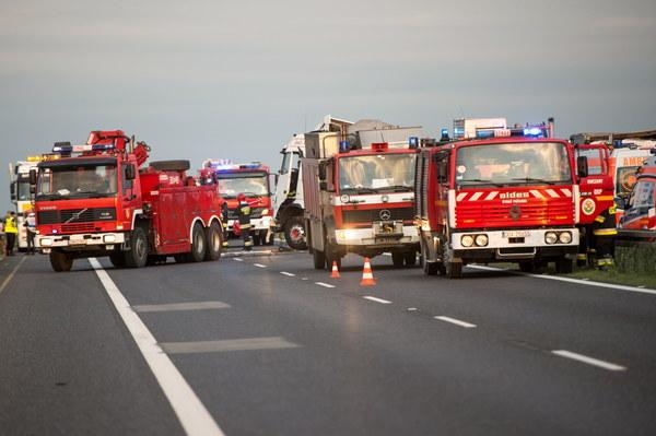 W akcji ratowniczej bierze udział kilkanaście karetek pogotowia i śmigłowce LPR