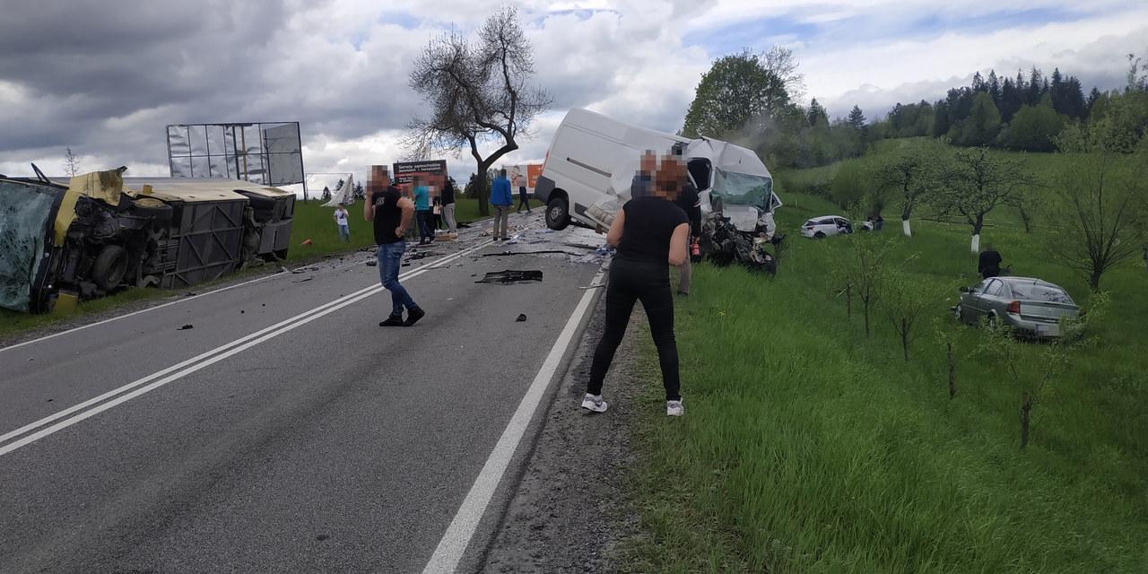 Karambol na zakopiance: Zderzyły się autokar, auto dostawcze i dwie osobówki