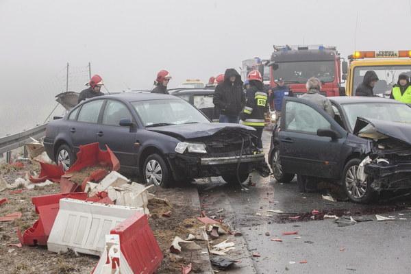 W karambolu wzięło udział 13 samochodów osobowych. Poszkodowani w wypadku doznali lekkich obrażeń.