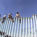 Karawana migrantów coraz szybciej zbliża się do granicy z USA