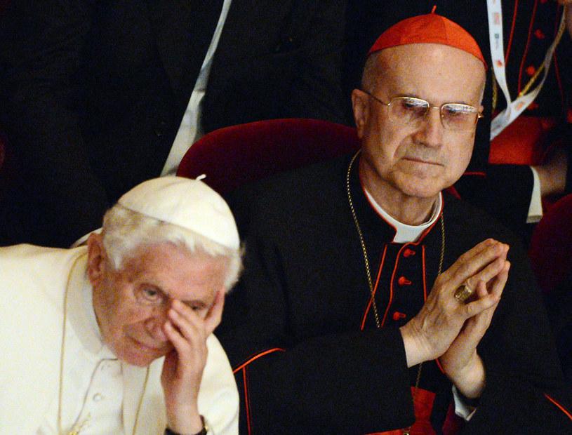 Kardynał Bertone (z prawej) na zdjęciu z papieżem Benedyktem VVI /POOL / DANIEL DAL ZENNARO /AFP