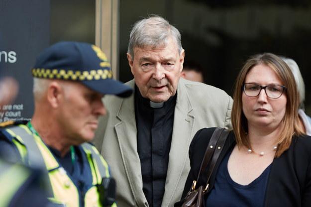 Kardynał George Pell opuszcza gmach sądu w Melbourne /ERIK ANDERSON /PAP/EPA